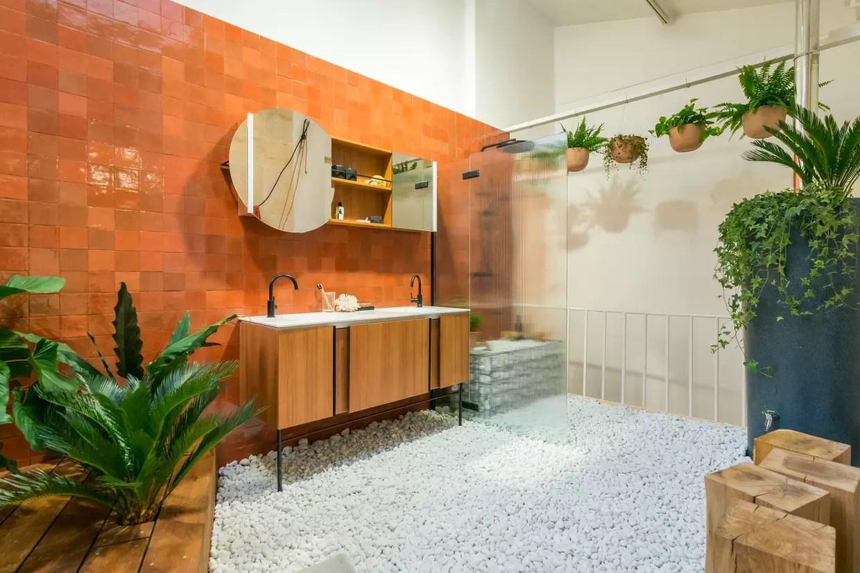 des zelliges terracotta sur le mur de la salle de bains