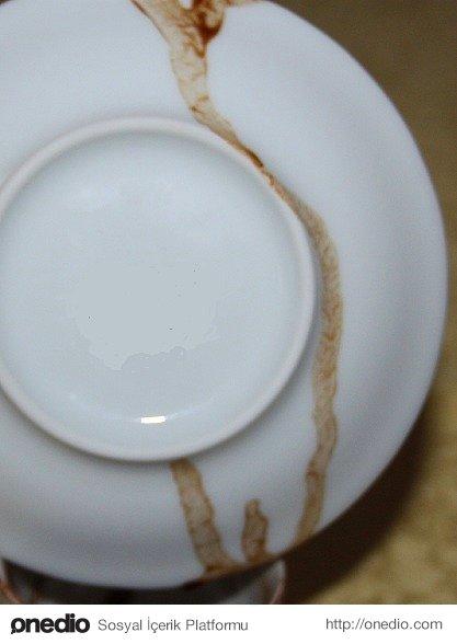 Ve son olarak tabaktaki telveyi fincanın içine boşaltıp ters çeviriyoruz. Eğer telve tabaktan akıyorsa dileğimiz kabul oluyor. Daha sonra tabağı da yorumlayıp bitiriyoruz.