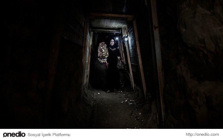 Gazze'de gideceği yolda izin olmadığı için yer altını kullanan kadın