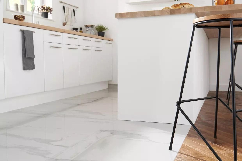du marbre blanc pour une cuisine immaculee