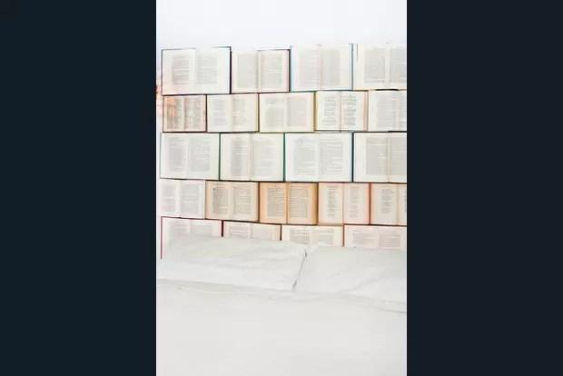 Une Tte De Lit Avec Des Livres