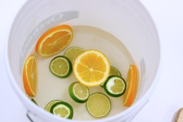 Prepara-se o fundo do balde de gelo