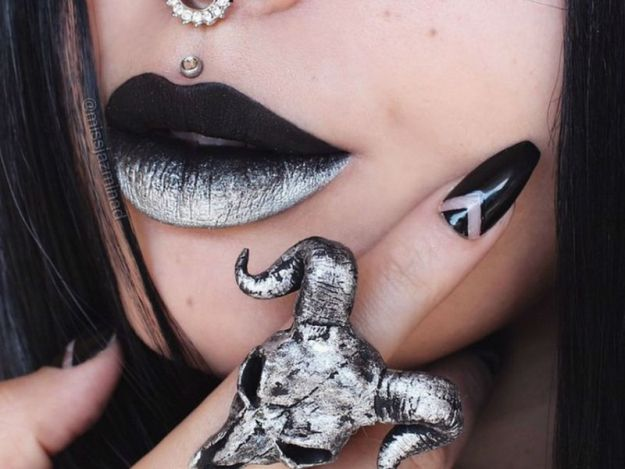 makeup-artist-uses-her-lips-as-a-canvas-for-miniature-masterpieces-12