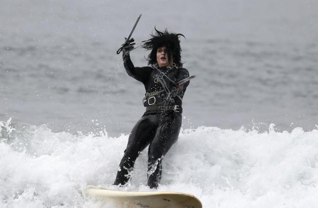 annual-surf-costume-contest-in-santa-monica-ca-07