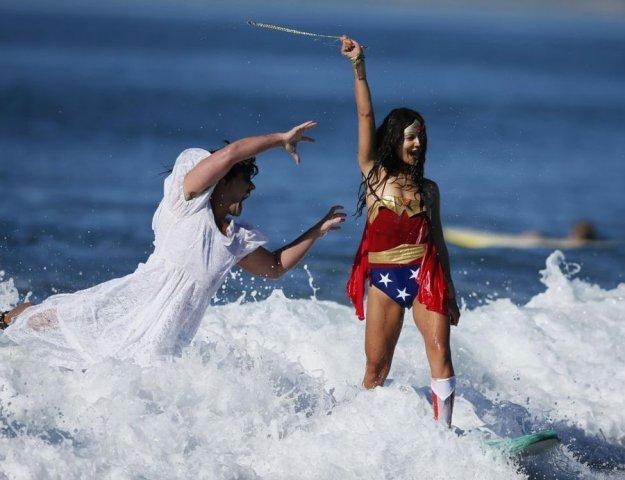 annual-surf-costume-contest-in-santa-monica-ca-13