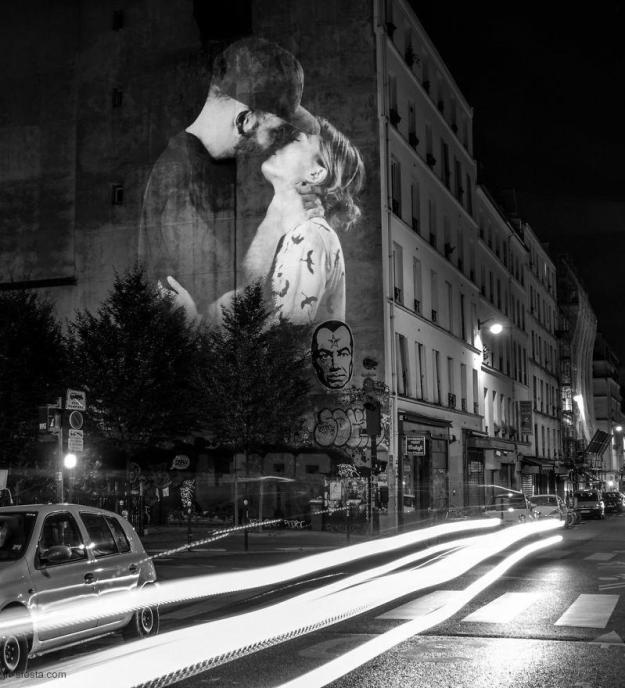 portraits-of-love-birds-kissing-in-the-streets-of-paris-02
