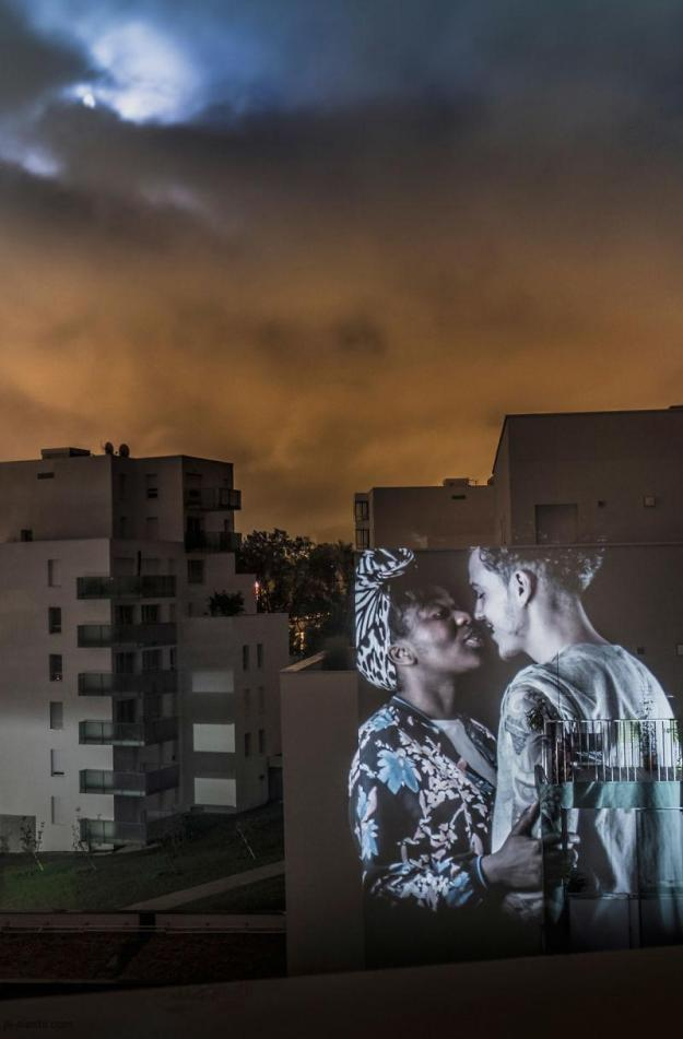 portraits-of-love-birds-kissing-in-the-streets-of-paris-09