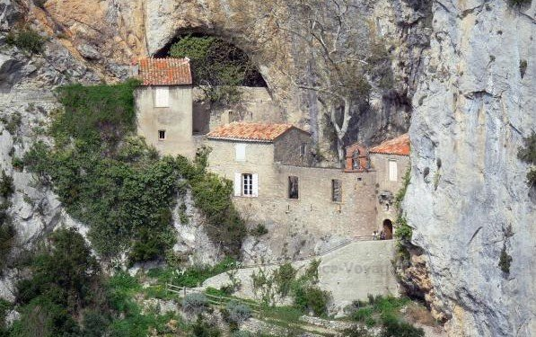 Troglodyte chapel at the bottom of the Gorges Galamus, France exterior   17 Astonishingly Beautiful Cave Churches Around The World   Brain Berries