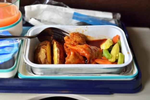 Налегать на самолетную еду | 10 вещей, которые лучше не делать на борту | Brain Berries