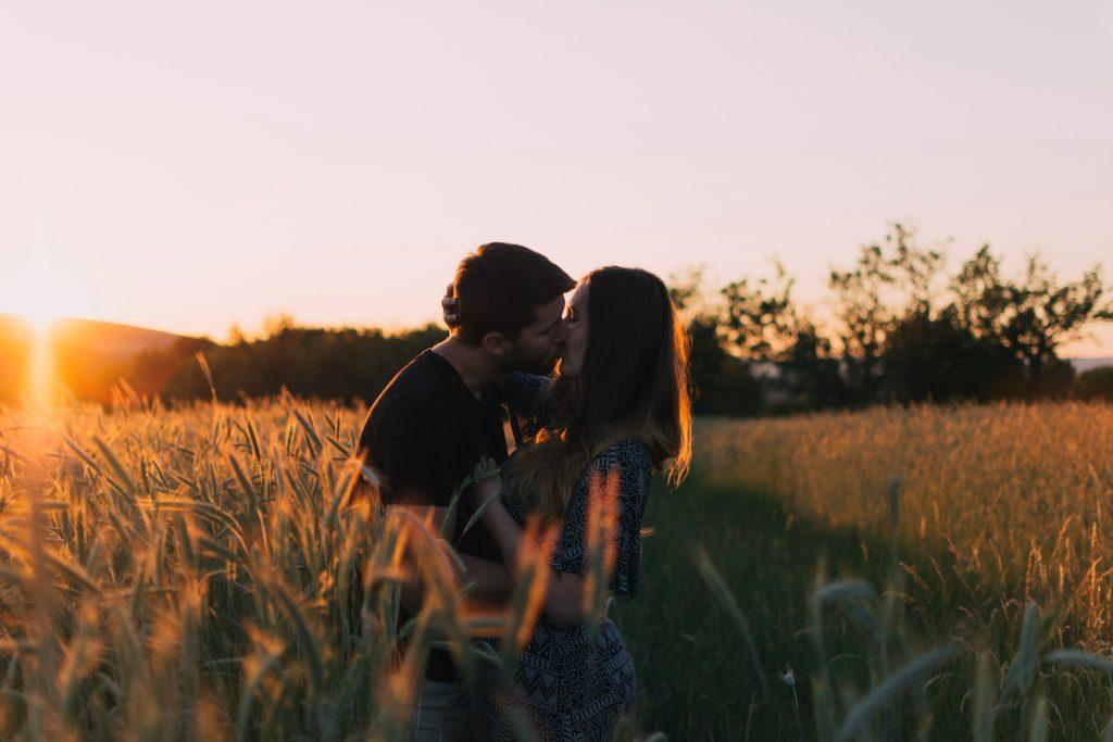 who falls in love faser men or women 2