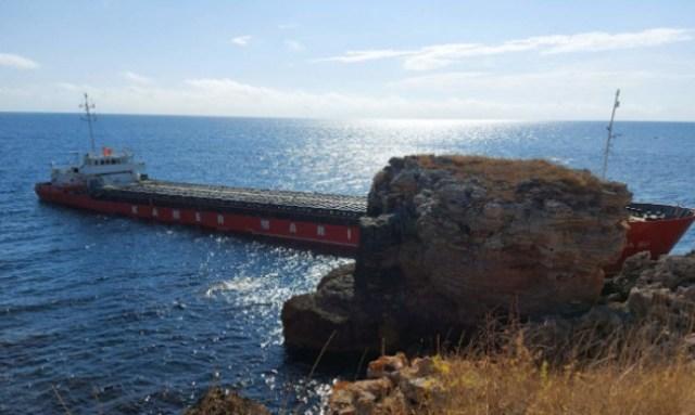 "Лодка на военноморските сили пристигна до ""Вера Су"""