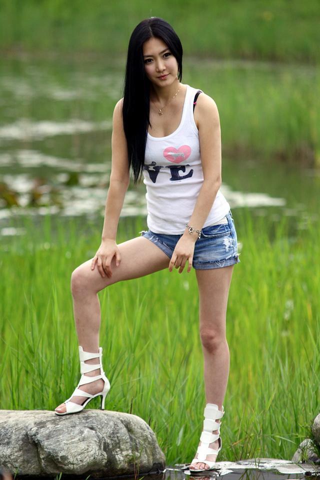 閔秀雅 - 南韓瓷娃娃爆乳美腿車模Min Soo Ah、緊身低胸長腿超性感女模???