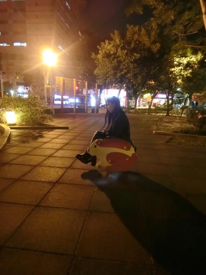 Sharon Wang - 正妹水泥工阿雪、粗工女神FB徵司機好身材讓網友都看錯重點求問:缺搬運工嗎?低胸背心揮汗幹活胸前露半乳網友全失焦