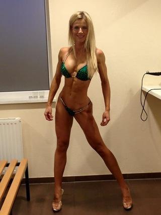 科萊薩 - Adrienne Kolesza、德國俏女警爆紅,大秀火辣馬甲線身材,9.5萬名粉絲跪求逮捕