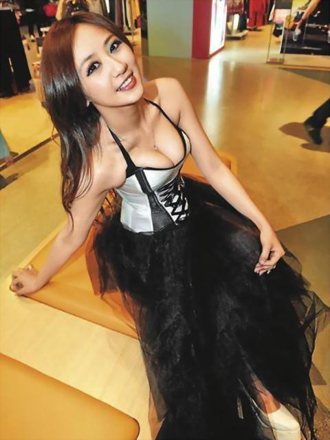 蔡小潔 - 國光女神史上最猛舉牌正妹可樂喵比基尼辣照疑似露點、職撞辣模波后爆乳亮胸器走光超吸睛