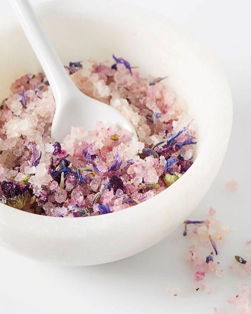 Морская соль | 9 продуктов, которые сделают ваши пяточки мягкими и ухоженными | Her Beauty