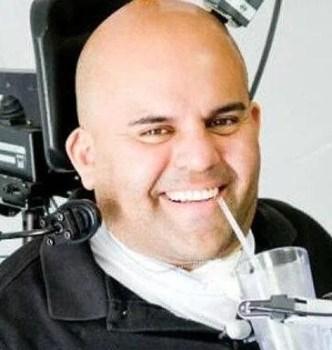 Felçli Erik Sorto düşüncelerini algılayan sensörler aracılığıyla bir robot kolu hareket ettirebiliyor.