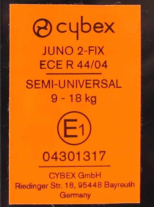 Это наклейка на нашем кресле. Тут написано название модели и что кресло полууниверсальное: из-за крепления изофикс оно подойдет не для всех машин. Указана весовая группа. Е1 в кружочке означает, что кресло прошло испытания в Германии. Под кружочком написан номер утверждения