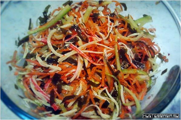 Салат с морской капустой, морковью по-корейски и крабовыми палочками (рецепт)