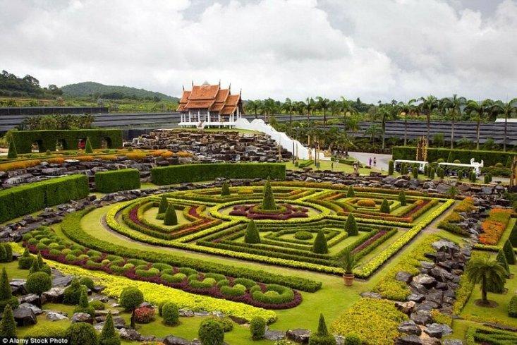 Французский сад, созданный по образу и подобию садов Версаля, считается одним из самых красивых в тропическом парке Нонг Нуч.