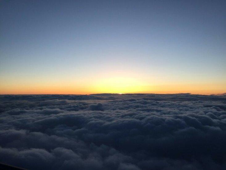 Линия облаков и отсвет от заходящего солнца во время внутреннего рейса из города Щецин в Варшаву. Фото: Патрик Бялек, второй пилот Bombardier Q400, LOT Polish Airlines