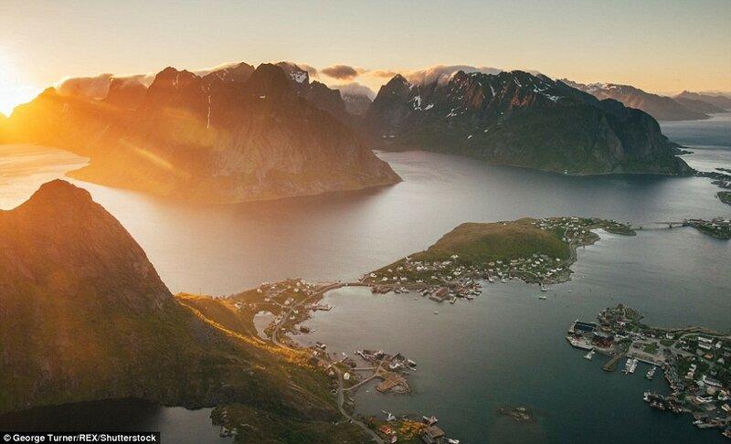 Вид коммуны Рейне с горы Рейнебринген, Норвегия. «Мы провели на вершине более четырёх часов, но даже сорока нам было бы недостаточно».