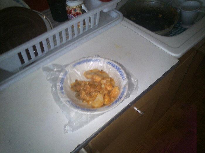 Целлофан - старый и проверенный способ есть и не пачкать посуду.