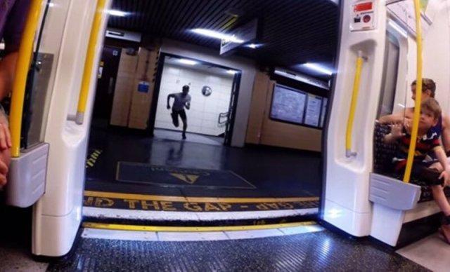 Видео: парень обогнал поезд лондонского метро
