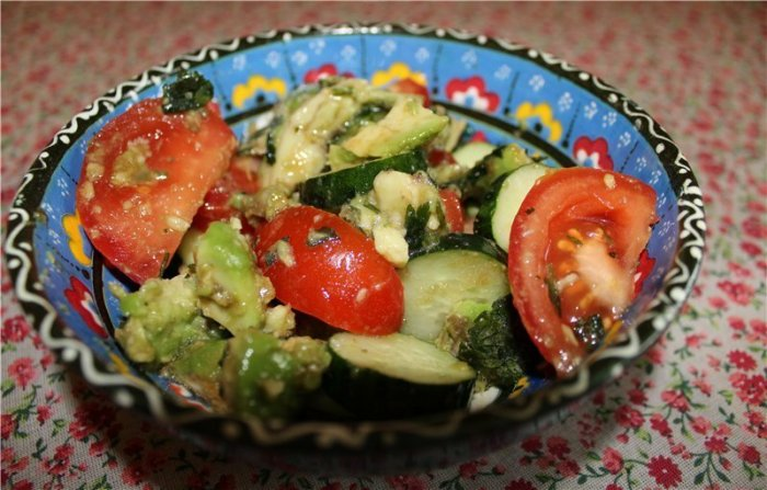 Тайский салат с авокадо и имбирем