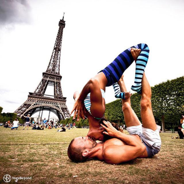 Семейная пара занимается йогой во время путешествий по миру