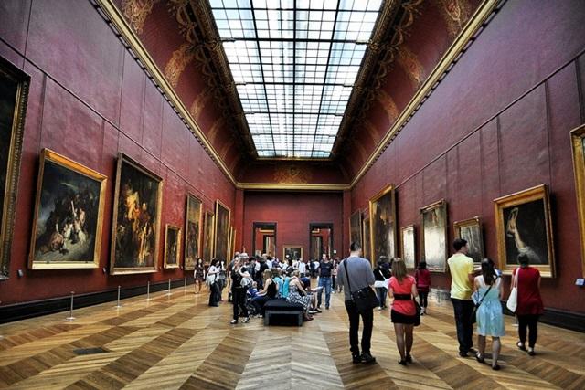 Знаменитую картину изрисовали маркером в Лувре. Фото