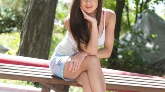Девушка на скамейке в белом топике