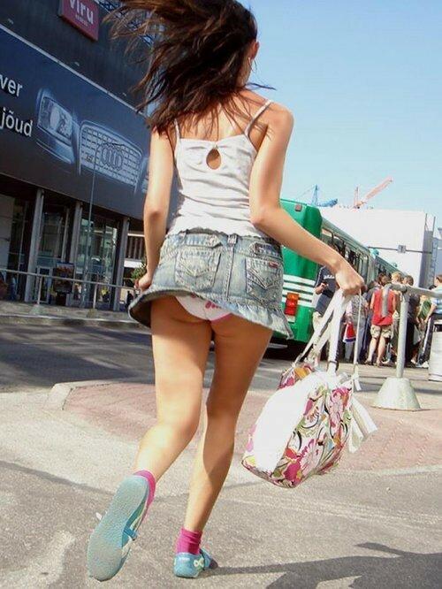 Ветер с моря вдул! Задранные юбки девушек (фото)