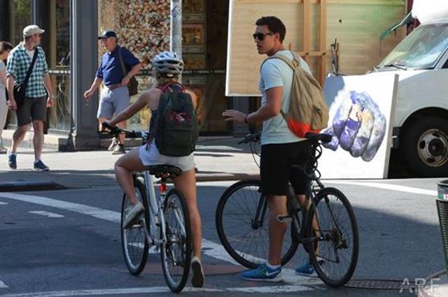 Ах, какие фото: сексуальная Аннасофия Робб на велосипеде в Нью Йорке