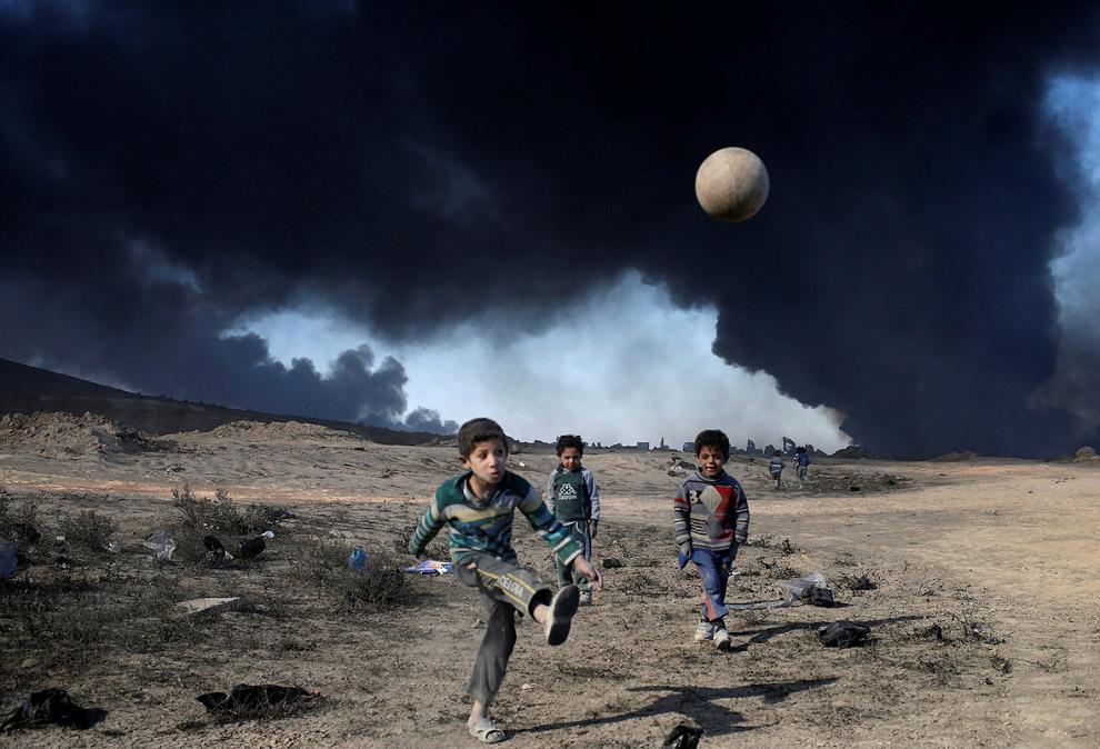5. Люди, покрытые нефтяной пленкой. (Фото Alaa Al-Marjani | Reuters):