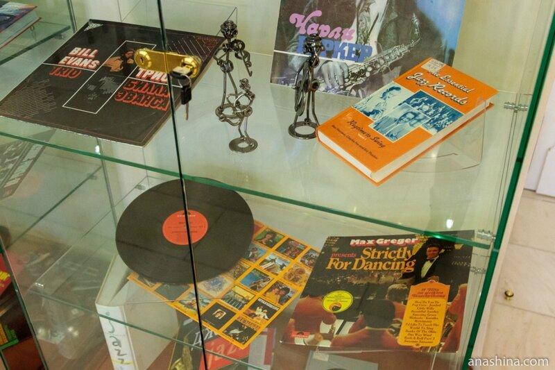 Стенд в музыкальном салоне, отдел нотных изданий и звукозаписей