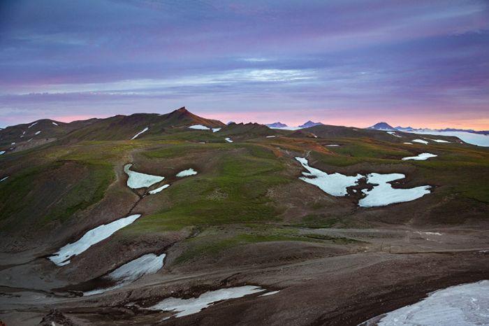 Снег в некоторых районах Камчатки не тает даже в середине лета. Единственная растительность в таких регионах – мох.