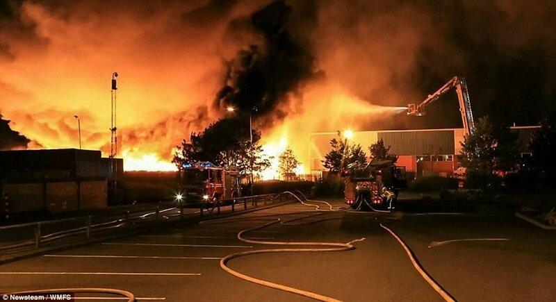 Фотографии апокалиптического пожара на заводе в Великобритании