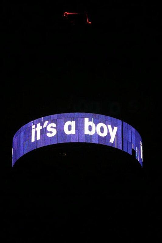 Мир окрасился синим цветом по поводу рождения принца
