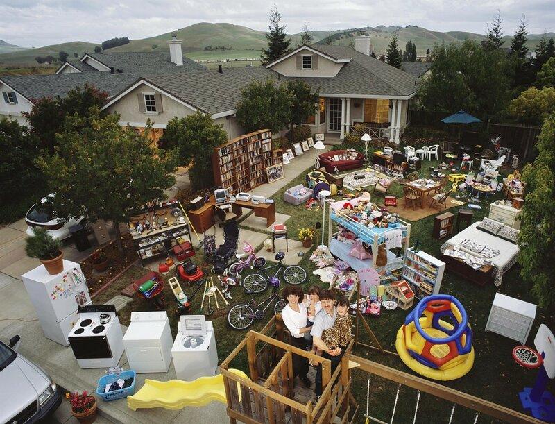 Фотографии семей со всем своим имуществом возле дома
