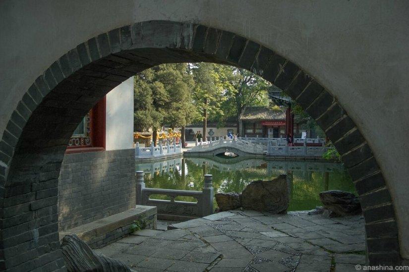 Пруд в саду, монастырь Лингуан, Бадачу