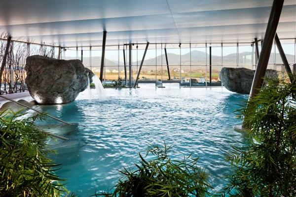 Великолепные бассейны в помещении
