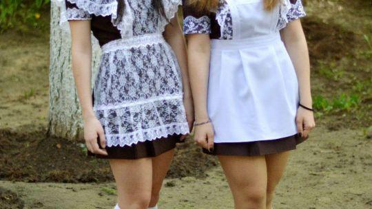 Две красивые школьницы-выпускницы в парке