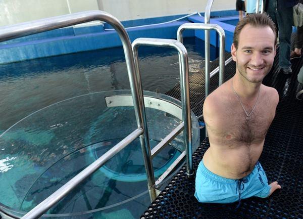 Ник Вуйичич поплавал в воде со смертельными акулами