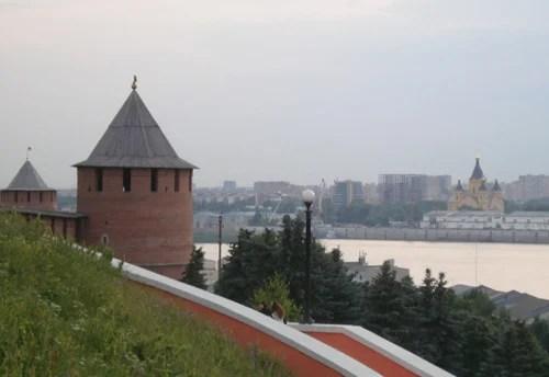 Blick auf die Wolga aus einem Turm der mittelalterlichen Burg in Nischni Nowgorod