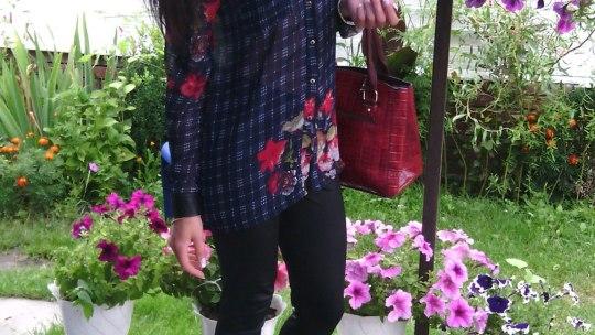 Девушка-брюнетка сумочкой на каблуках