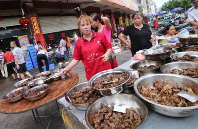 Как китаянка не позволила съесть сотню собак на фестивале собачьего мяса