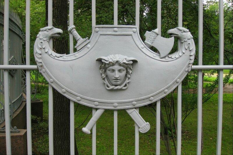 """Деталь ограды ворот """"Любезным моим сослуживцам"""" в Царском Селе"""