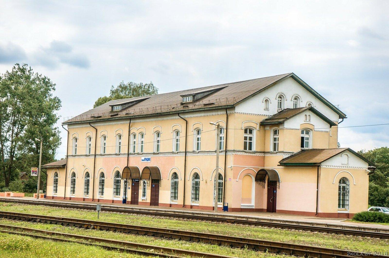 Железнодорожная станция Верхнедвинск на линии Полоцк — Даугавпилс находится в д. Боровка в 2 км