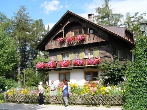 дом с цветами на балконе